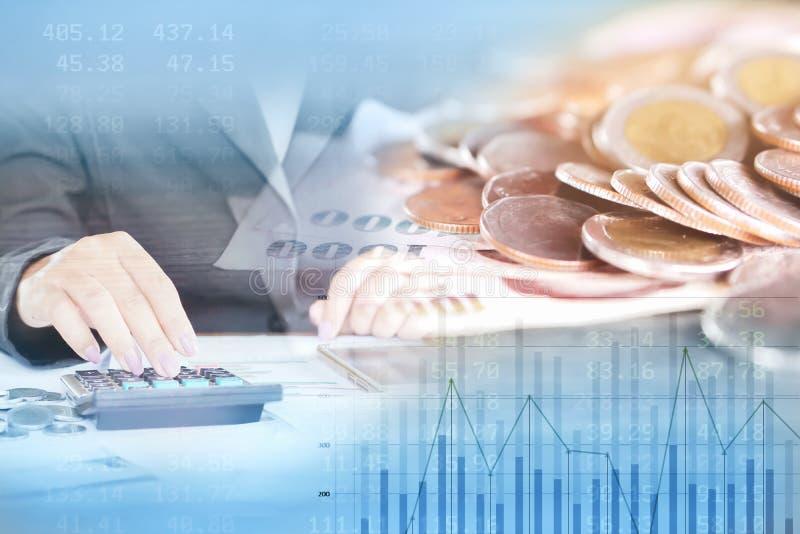 Διπλές επιχείρηση έκθεσης και έννοια χρηματοδότησης, νομίσματα, υπολογισμός χεριών γυναικών στοκ εικόνες με δικαίωμα ελεύθερης χρήσης