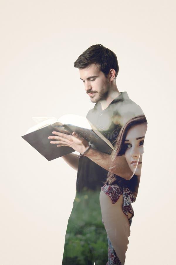 Διπλή έκθεση ενός ατόμου που διαβάζουν ένα βιβλίο και ενός κοριτσιού που για το χ στοκ φωτογραφίες με δικαίωμα ελεύθερης χρήσης