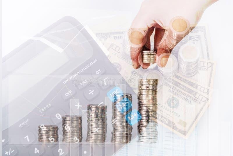 Διπλή έκθεση τεθειμένων των χέρι νομισμάτων χρημάτων στους σωρούς των νομισμάτων arrang στοκ φωτογραφία με δικαίωμα ελεύθερης χρήσης