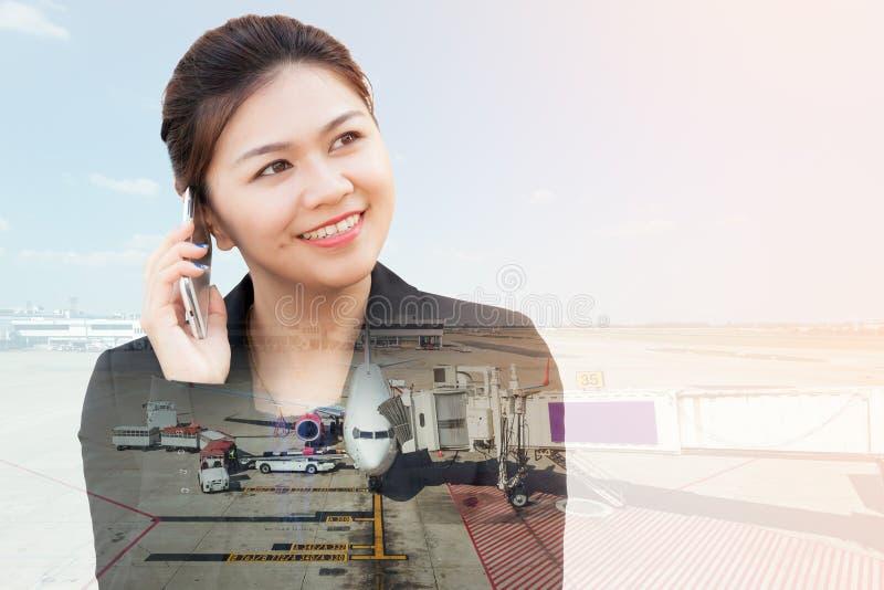 Διπλή έκθεση της επιχειρηματία που χρησιμοποιεί το τηλέφωνο με το αεροπλάνο στοκ φωτογραφία