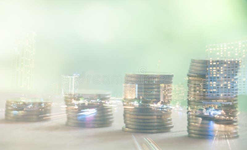 Διπλή έκθεση της πόλης νύχτας και σειρές των νομισμάτων στοκ φωτογραφία με δικαίωμα ελεύθερης χρήσης