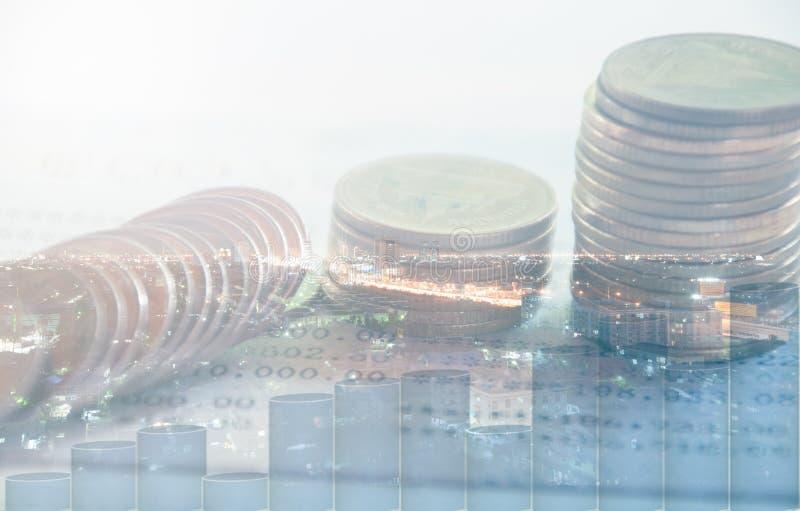 Διπλή έκθεση της πόλης νύχτας και σειρές των νομισμάτων στοκ εικόνες