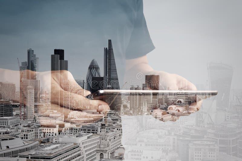 Διπλή έκθεση του επιχειρηματία επιτυχίας που χρησιμοποιεί την ψηφιακή ταμπλέτα ελεύθερη απεικόνιση δικαιώματος