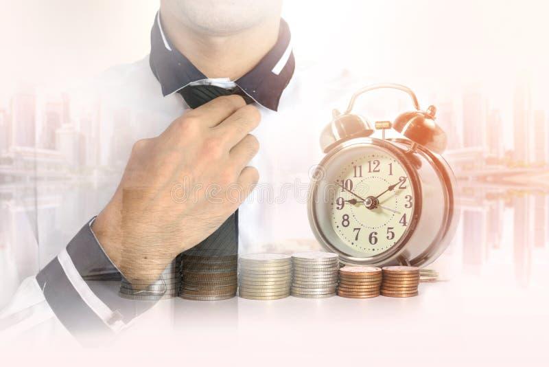 Διπλή έκθεση του επιχειρηματία με μια σειρά των νομισμάτων χρημάτων σωρών στοκ φωτογραφία