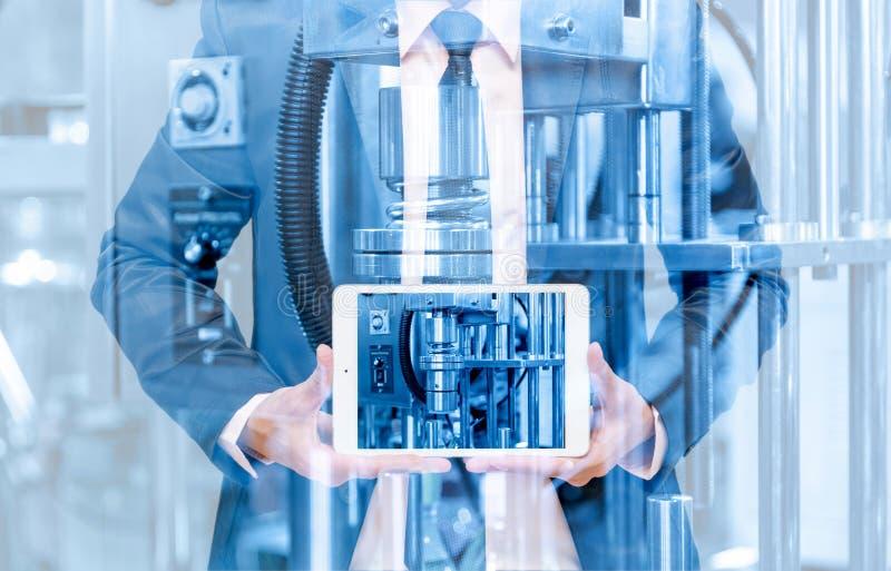 Διπλή έκθεση του επιχειρηματία με το βιομηχανικό εξοπλισμό στοκ εικόνες