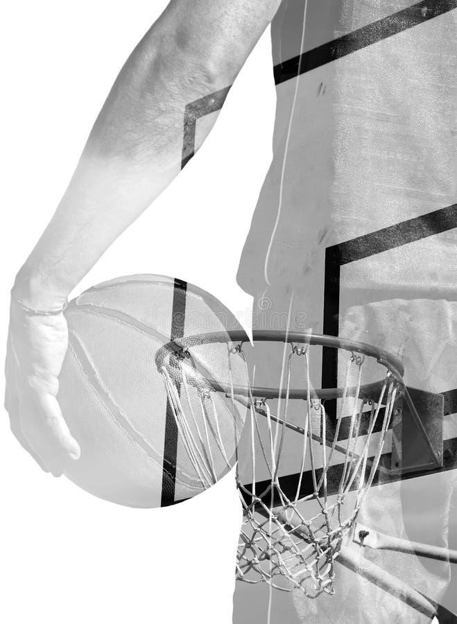 Διπλή έκθεση του παίχτης μπάσκετ και της στεφάνης σε γραπτό στοκ φωτογραφία