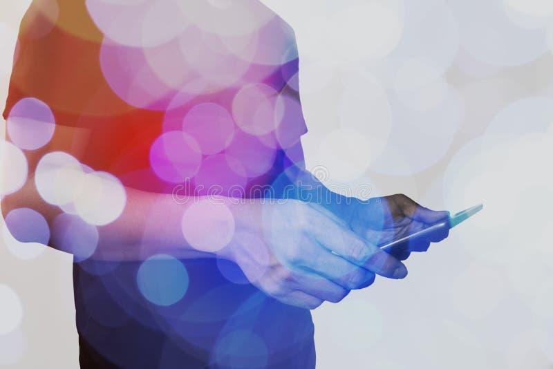 Διπλή έκθεση του χεριού επιχειρηματιών που χρησιμοποιεί τον υπολογιστή ταμπλετών με το γ στοκ εικόνα