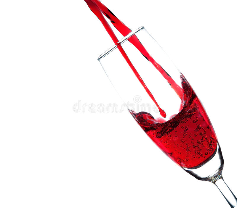 Διπλή έκχυση κόκκινου κρασιού στο γυαλί σαμπάνιας στοκ εικόνες
