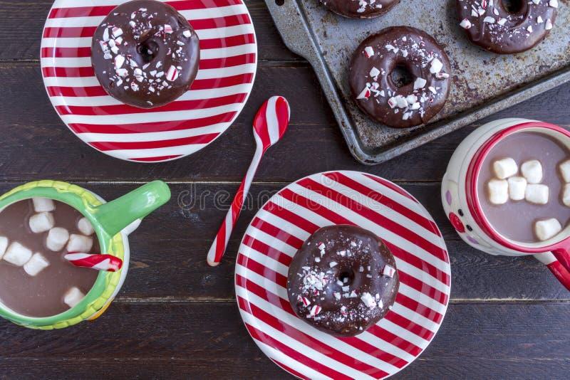 Download Διπλή σοκολάτα παγωμένο Peppermint Donuts Στοκ Εικόνα - εικόνα από αρτοποιών, κατανάλωση: 62700943