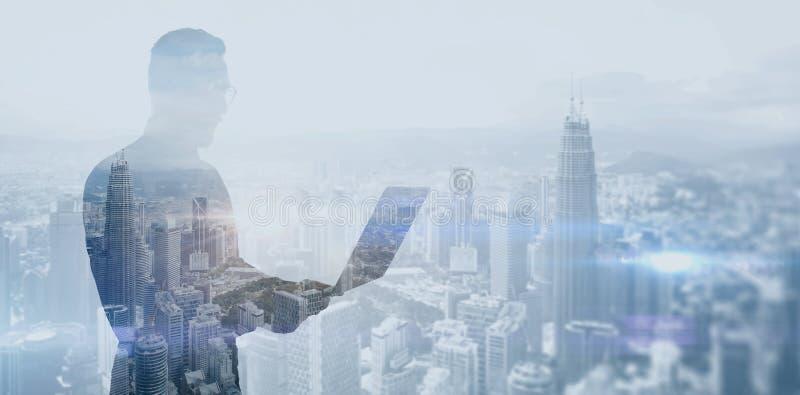 Διπλός γενειοφόρος επιχειρηματίας φωτογραφιών έκθεσης που φορά το μαύρα πουκάμισο και τα γυαλιά Τραπεζίτης που κρατά τα σύγχρονα  στοκ εικόνες
