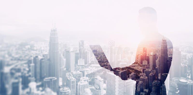 Διπλός γενειοφόρος επιχειρηματίας φωτογραφιών έκθεσης που φορά το μαύρα πουκάμισο και τα γυαλιά Τραπεζίτης που χρησιμοποιεί τα σύ στοκ φωτογραφία με δικαίωμα ελεύθερης χρήσης