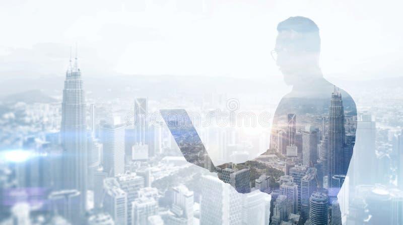 Διπλός μοντέρνος επιχειρηματίας φωτογραφιών έκθεσης που φορά το μαύρα πουκάμισο και τα γυαλιά Τραπεζίτης που κρατά τα σύγχρονα χέ στοκ εικόνα με δικαίωμα ελεύθερης χρήσης