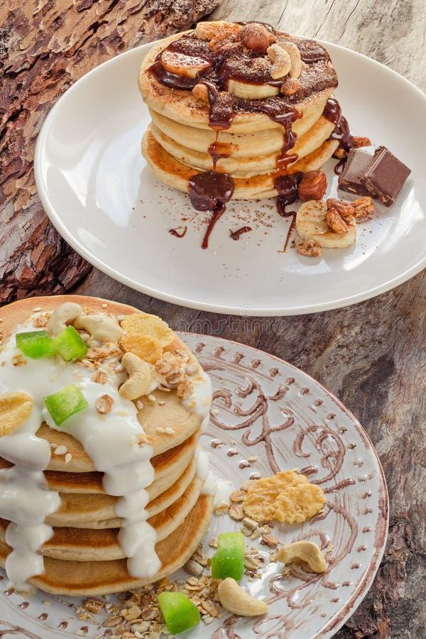 Διπλός σωρός των καυτών τηγανιτών με τη σοκολάτα και το γιαούρτι στοκ φωτογραφία με δικαίωμα ελεύθερης χρήσης