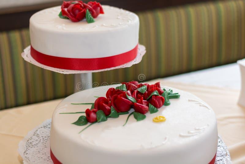 Διπλό γαμήλιο κέικ στοκ φωτογραφίες