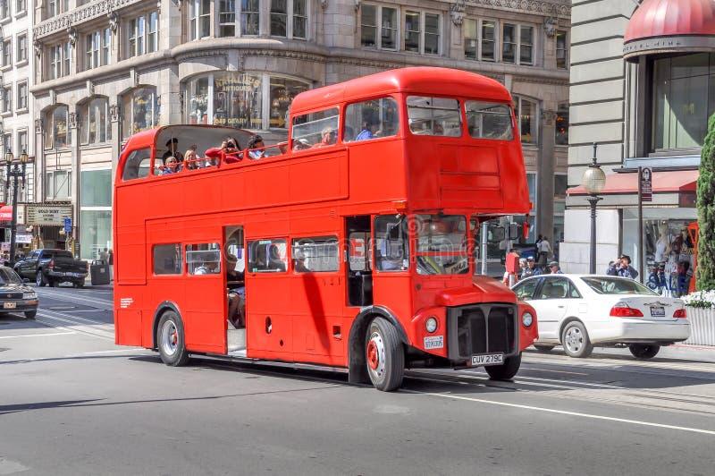 Διπλό λεωφορείο τουριστών καταστρωμάτων μέσα στο Σαν Φρανσίσκο στοκ φωτογραφία με δικαίωμα ελεύθερης χρήσης