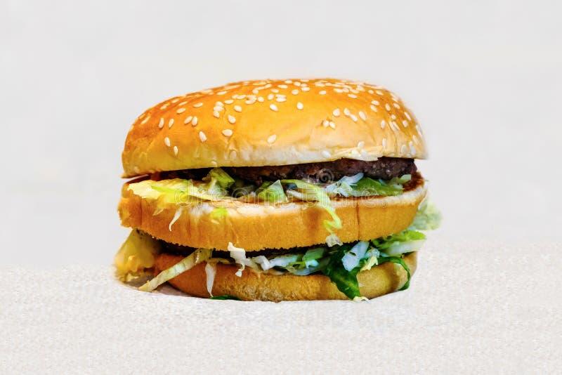 Διπλό Burger με τα juicy κεφτή στοκ εικόνα με δικαίωμα ελεύθερης χρήσης