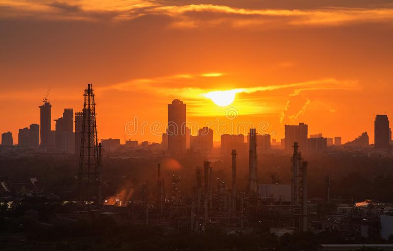 Διυλιστήριο πετρελαίου με την άποψη βραδιού πόλεων της Μπανγκόκ στοκ εικόνες