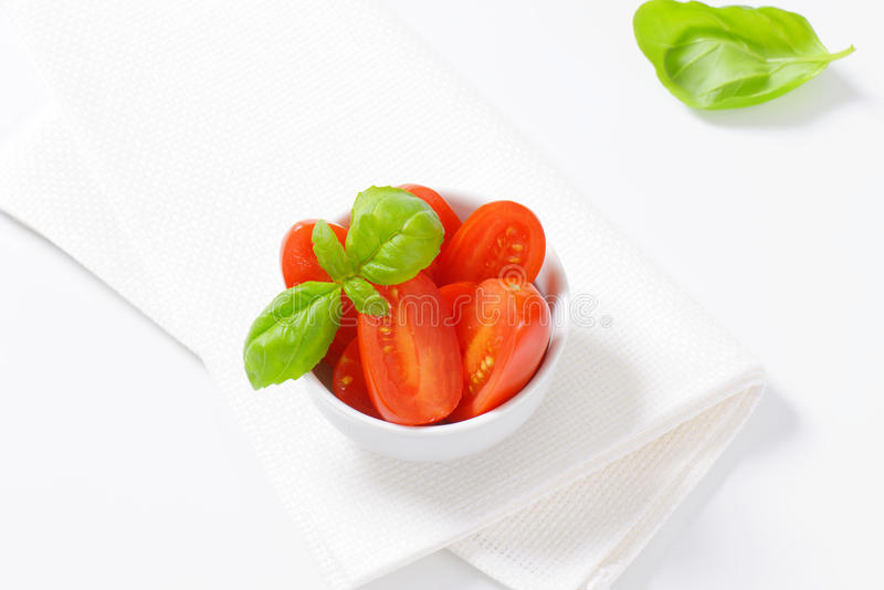 Διχοτομημένες ντομάτες δαμάσκηνων στοκ φωτογραφίες