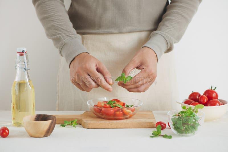 Διχοτομημένες juicy ντομάτες κερασιών με το φρέσκους μαϊντανό, τα καρυκεύματα και το κρεμμύδι άνοιξη Κατ' οίκον γίνοντα τρόφιμα στοκ φωτογραφίες με δικαίωμα ελεύθερης χρήσης