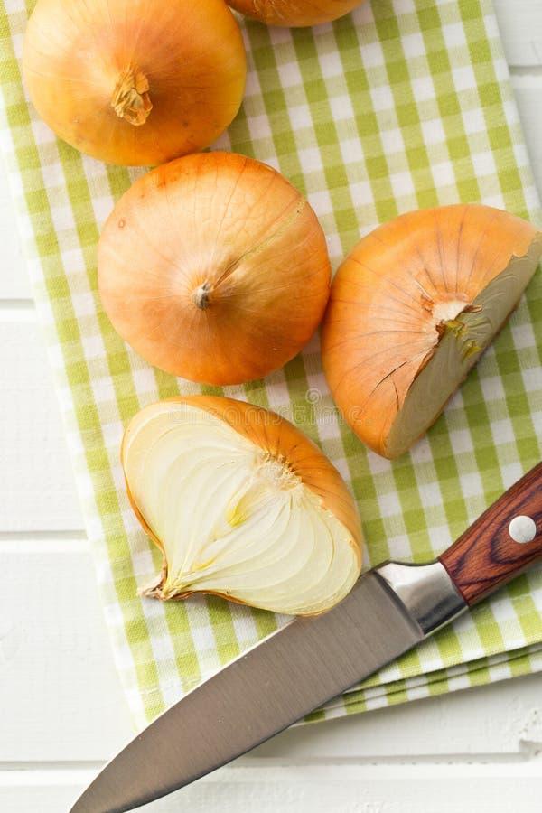 Διχοτομημένο φρέσκο κρεμμύδι στον πίνακα κουζινών στοκ φωτογραφία με δικαίωμα ελεύθερης χρήσης