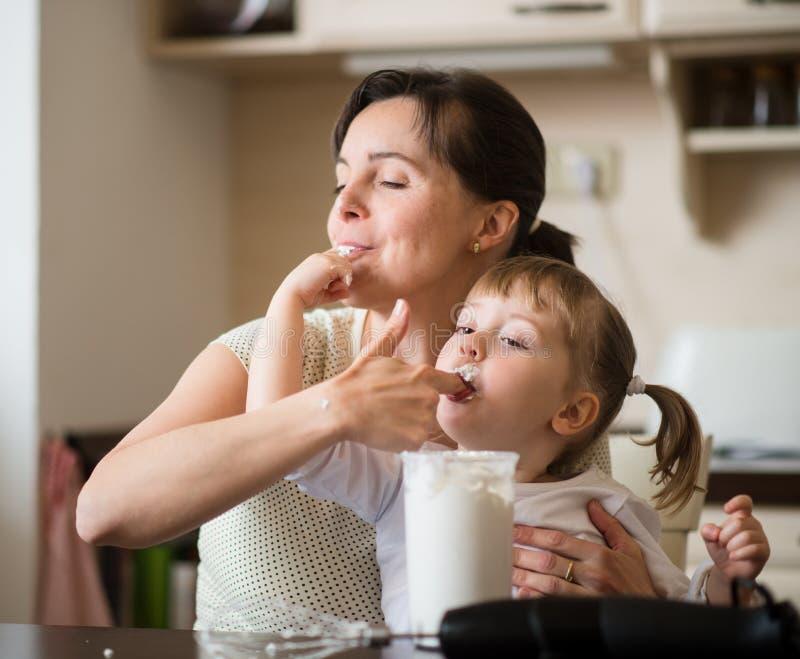 Δοκιμάζοντας κτυπώντας κρέμα μητέρων και παιδιών στοκ εικόνα με δικαίωμα ελεύθερης χρήσης