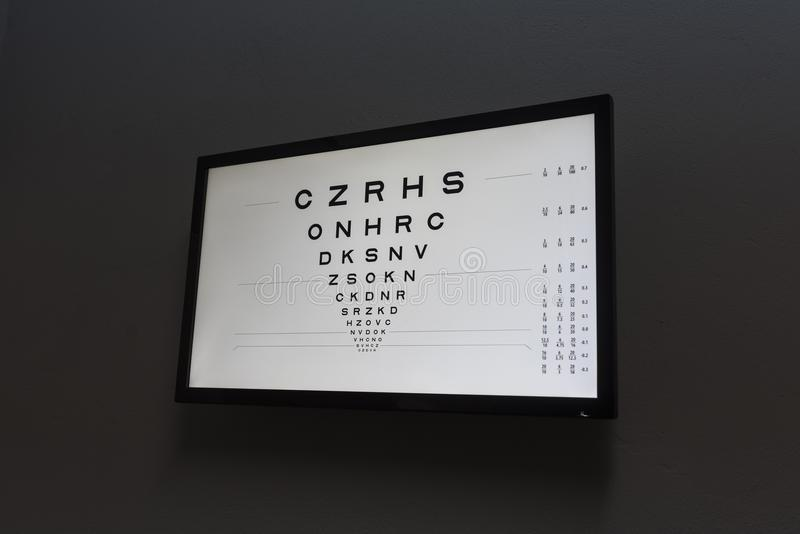 Δοκιμή ματιών optometrist στο σκοτεινό δωμάτιο για το όραμα πελατών δοκιμής με το s στοκ εικόνες