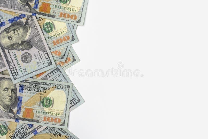 Δολάρια εκατοντάδων των ΗΠΑ και του λευκού υποβάθρου στοκ εικόνα