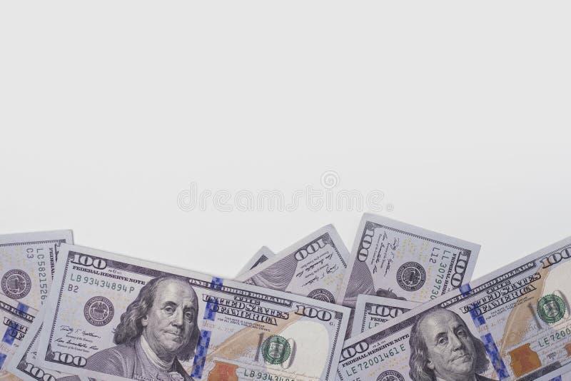 Δολάρια εκατοντάδων των ΗΠΑ και του λευκού υποβάθρου στοκ φωτογραφία