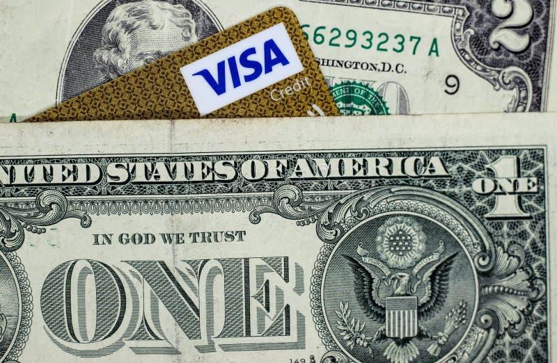 Δολάρια και μια γωνία της κάρτας θεωρήσεων στοκ εικόνες με δικαίωμα ελεύθερης χρήσης