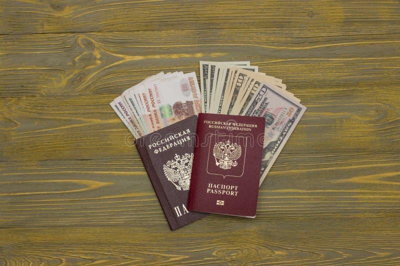 Δολάρια και ρούβλια στο διαβατήριο στοκ φωτογραφίες