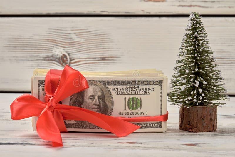 Δολάρια με το κόκκινο τόξο κορδελλών στοκ εικόνα με δικαίωμα ελεύθερης χρήσης
