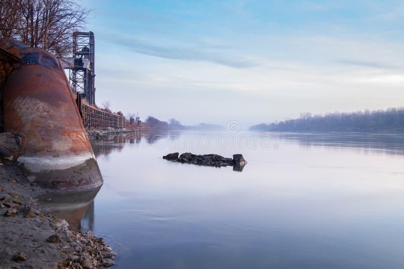 Δομές κατά μήκος του ποταμού του Μισσούρι στοκ εικόνα με δικαίωμα ελεύθερης χρήσης