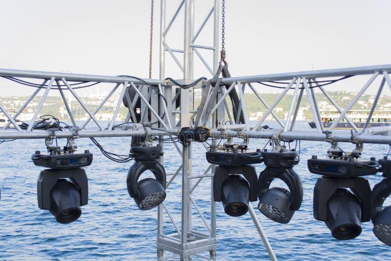 Δομές του εξοπλισμού επικέντρων σκηνικού φωτισμού  προετοιμασία συναυλίας στοκ εικόνα