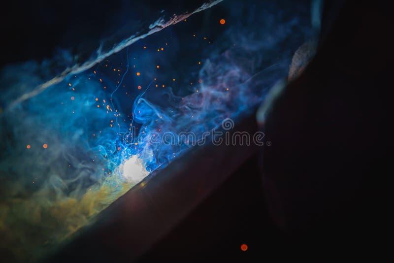 Δομές χάλυβα συγκόλλησης και φωτεινοί σπινθήρες στοκ φωτογραφία