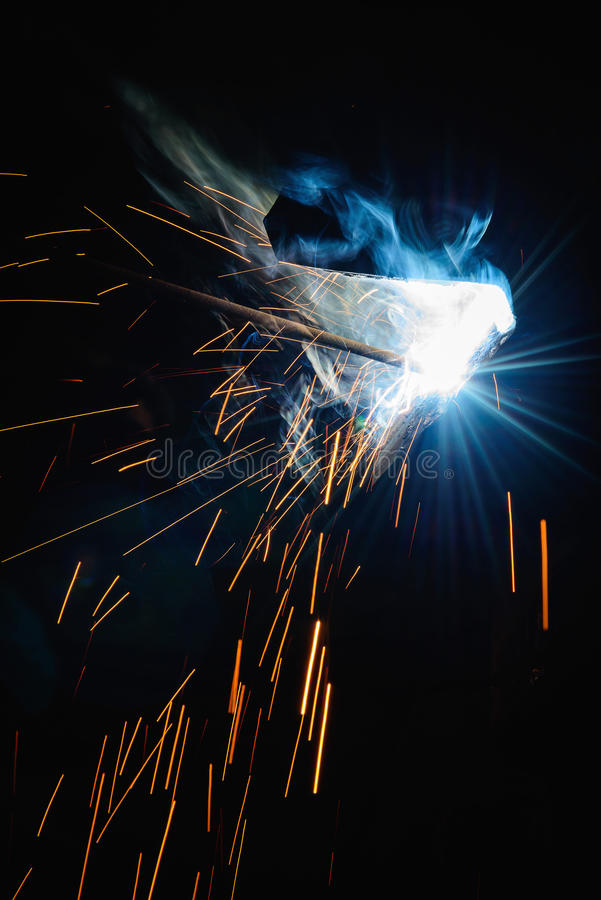 Δομές χάλυβα συγκόλλησης και φωτεινοί σπινθήρες στοκ φωτογραφία με δικαίωμα ελεύθερης χρήσης
