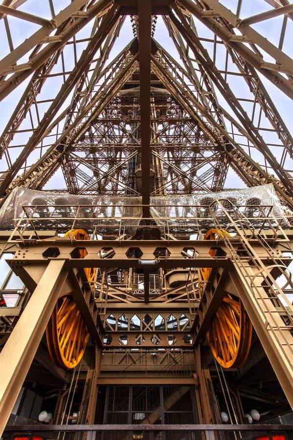 Δομή ανελκυστήρων πύργων του Άιφελ στοκ εικόνες