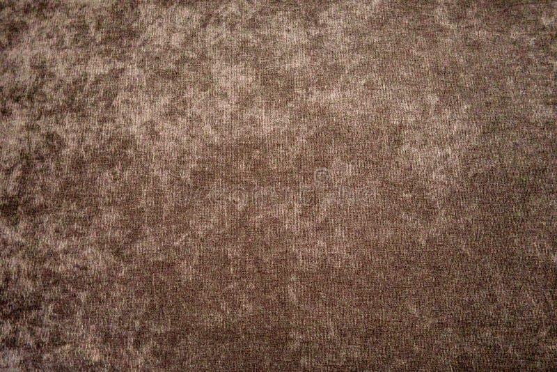 Δομή ενός γκρίζος-καφετιού βελούδου στον τοίχο του δωματίου στοκ εικόνα