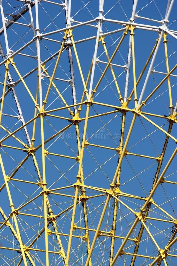 Δομή μετάλλων ροδών Ferris στο κλίμα μπλε ουρανού στοκ φωτογραφίες με δικαίωμα ελεύθερης χρήσης