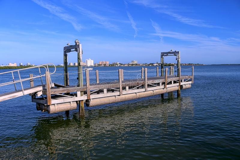 Δομή τροφής πέρα από το νερό στη λιμενική μαρίνα Clearwater στοκ εικόνες με δικαίωμα ελεύθερης χρήσης