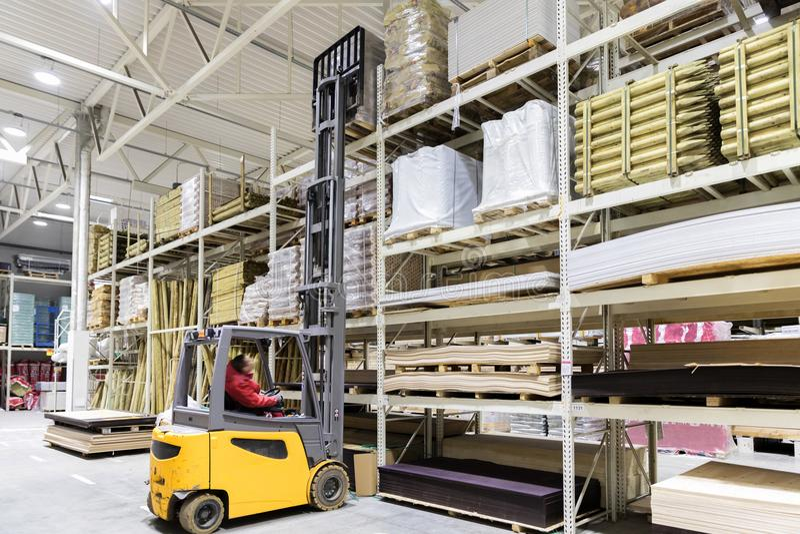 Δομικά υλικά φόρτωσης εργαζομένων αποθηκών εμπορευμάτων με forklift στοκ φωτογραφίες