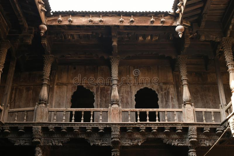 Δομική ξύλινη εργασία και βαριά χαρασμένο ξύλινο wada Palashikar μελών, Palashi, Ahmednagar στοκ φωτογραφίες