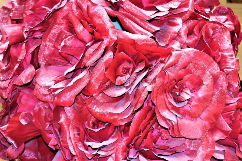 Δονούμενα ζωηρόχρωμα διακοσμητικά τεχνητά λουλούδια στοκ φωτογραφία με δικαίωμα ελεύθερης χρήσης