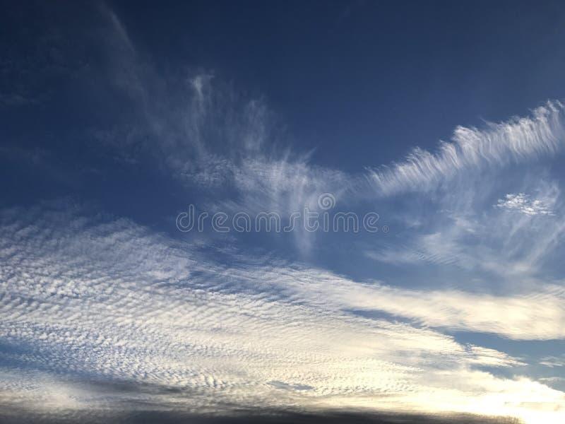 Δονούμενα σύννεφα που σκουπίζουν μέσω του ουρανού στοκ εικόνες