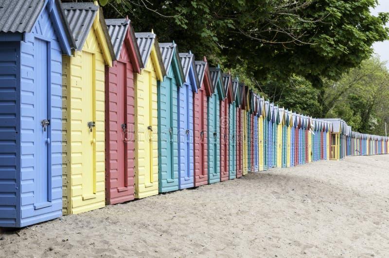 Δονούμενες καλύβες παραλιών σε μια ουαλλέζικη παραλία στοκ φωτογραφίες