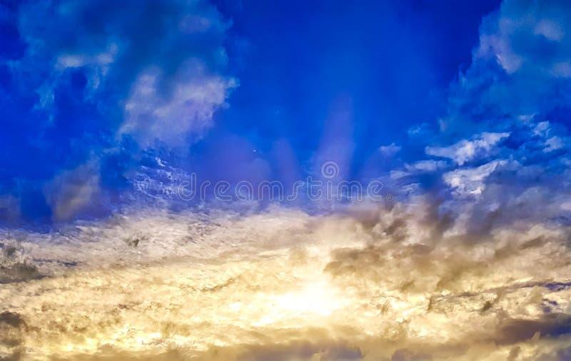 Δονούμενος νεφελώδης ουρανός με τις ακτίνες ήλιων κατά τη διάρκεια του ηλιοβασιλέματος στοκ φωτογραφίες με δικαίωμα ελεύθερης χρήσης