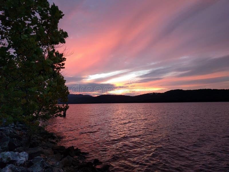 Δονούμενος ουρανός σε μια λίμνη με τις σκιές πορφυρός και κόκκινος στοκ εικόνες με δικαίωμα ελεύθερης χρήσης