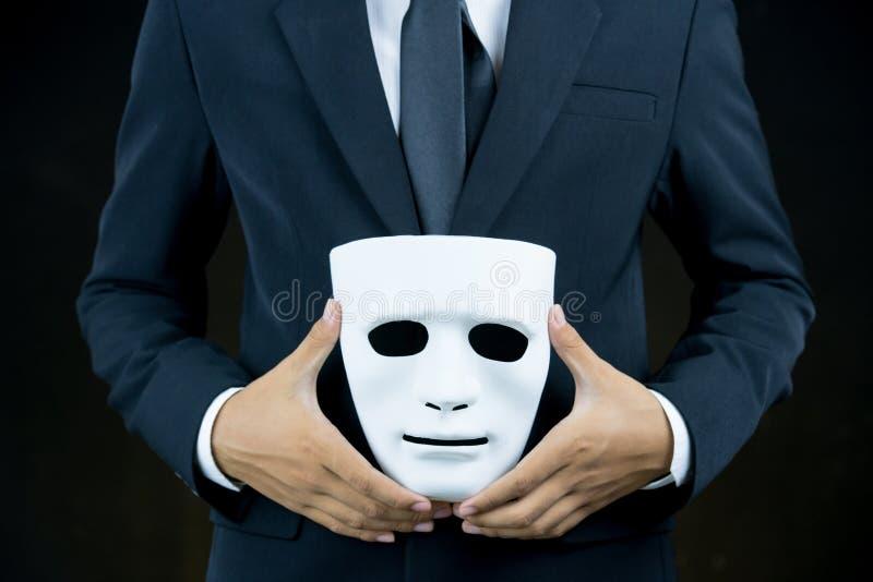 Δορά επιχειρηματιών η άσπρη μάσκα στο χέρι στοκ εικόνα