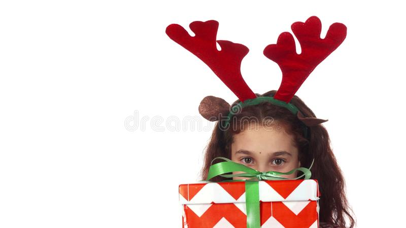 Δορές γλυκές κοριτσιών πίσω από ένα κιβώτιο δώρων Χριστουγέννων στοκ εικόνες