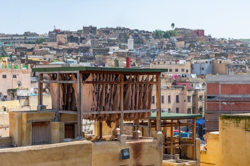 Δορές δέρματος που ξεραίνουν σε μια στέγη σε έναν φλοιό στο Medina του Fez Μαρόκο στοκ φωτογραφία