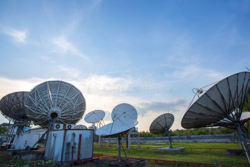 Δορυφορικές κεραίες πιάτων στοκ φωτογραφία